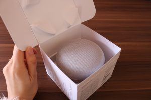 Google Home Miniの箱のフタを広げた写真
