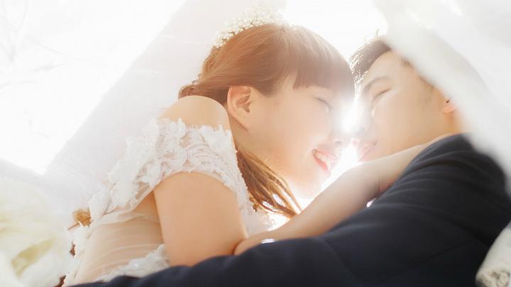 幸せな結婚の様子