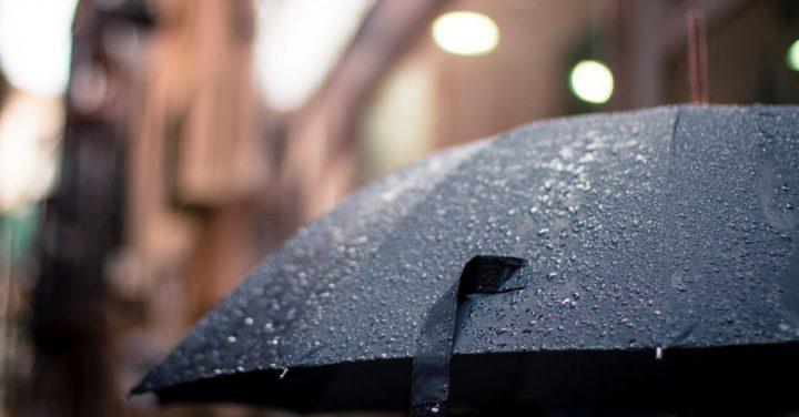 天気予報では晴れだったのに雨が降っていたイメージ