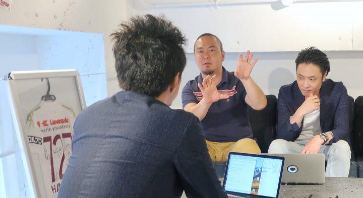 マイクロチップの規格のt街について話す森田さん