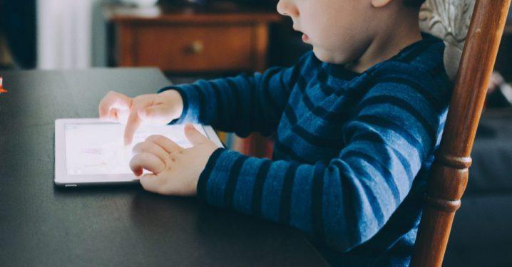 AI(人工知能)家庭教師で勉強するイメージ