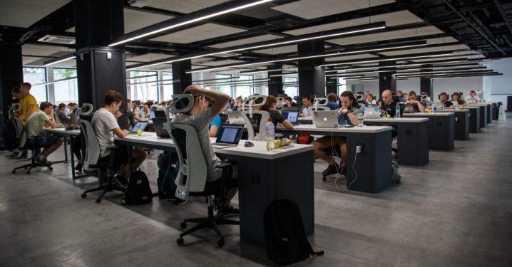 人工知能を仕事で使う職場のイメージ