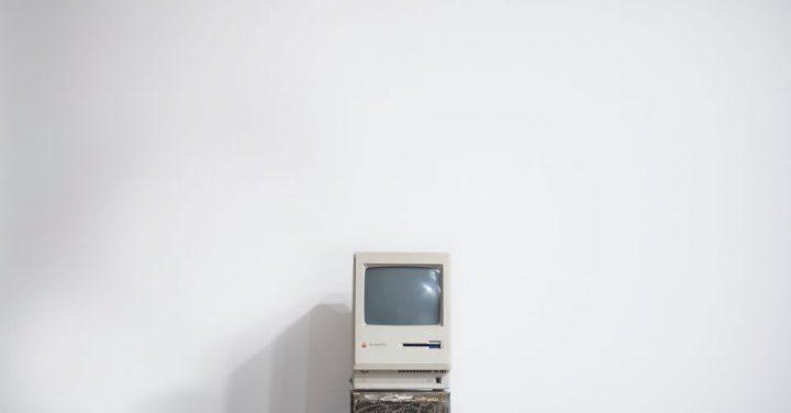 古いコンピュータのイメージ