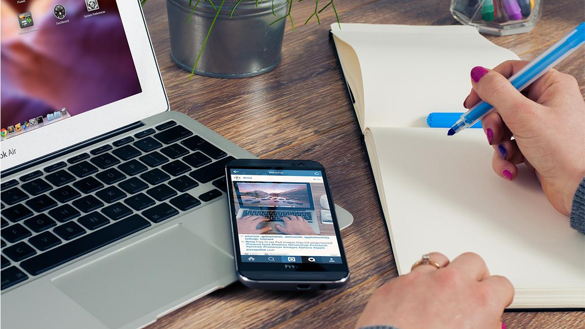 パソコンとスマホとメモ書きをしているイメージ