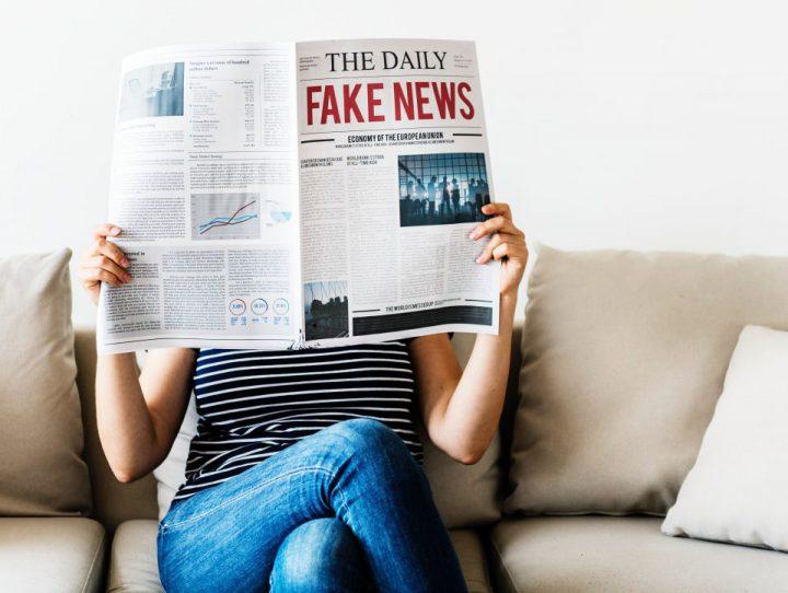 新聞で情報を得るイメージ
