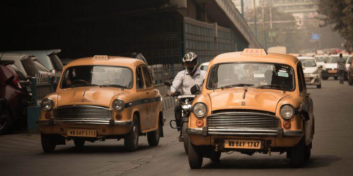 並走するタクシー