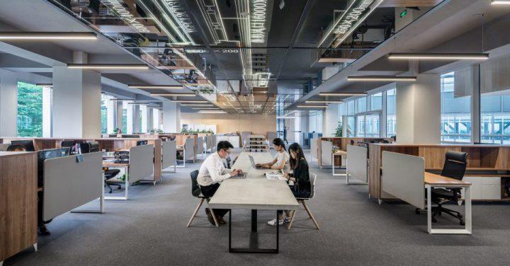 AIで人が減ったオフィスのイメージ