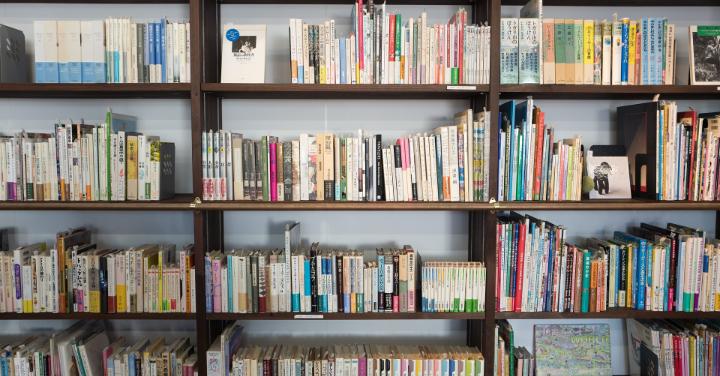 書籍がたくさんの本棚