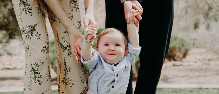 赤ちゃんが立ち上がりそうなイメージ