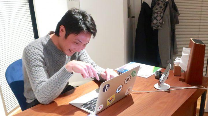 デスクでニコニコ楽しそうに仕事する濱道社長