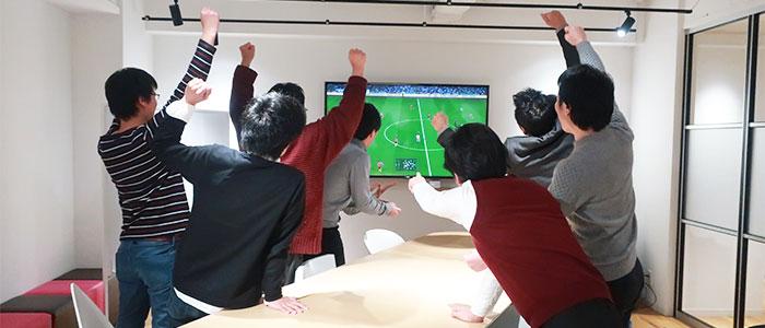 ゲームで遊ぶ社員のイメージ