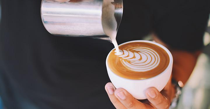 接客している人の入れているコーヒーのイメージ