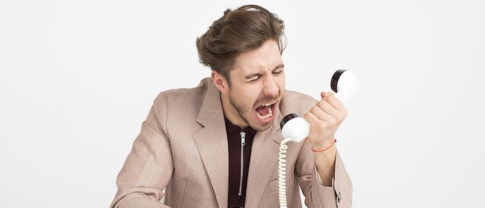 顧客が電話に怒りをぶつけているイメージ