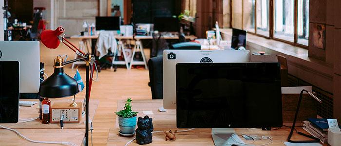 IoTとAIを活用している職場のイメージ