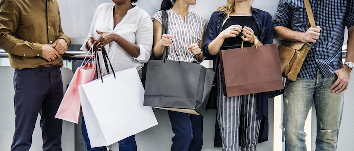 ショッピングを楽しむ人々のイメージ