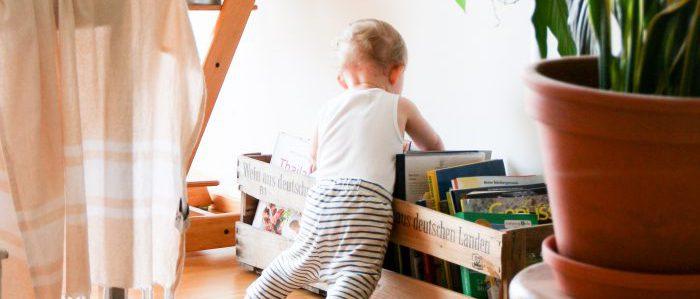 本を探す赤ちゃん