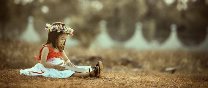 草原で読書する子