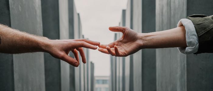 人間の手を借りるイメージ