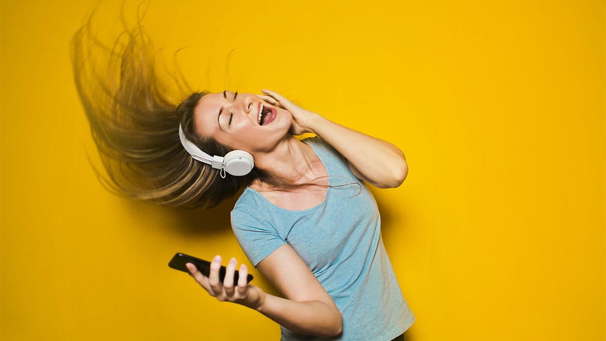 人工知能が喋るラジオを聴くイメージ