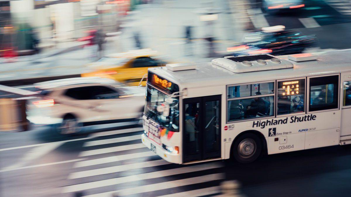 疾走するバス