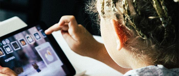 タブレットを操作する子供のイメージ