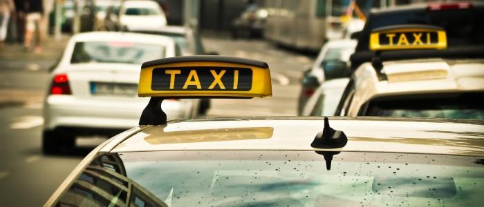 タクシーが走るイメージ