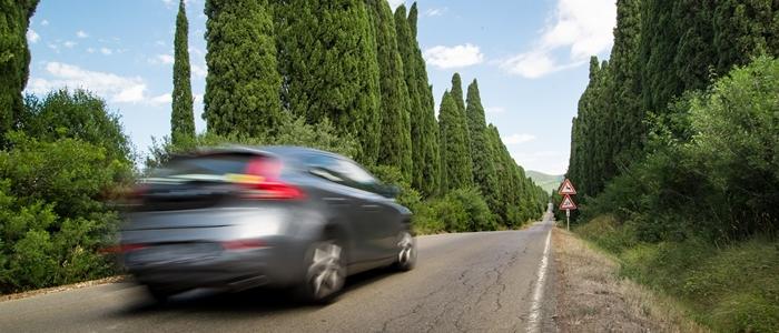 車が爽快に走るイメージ