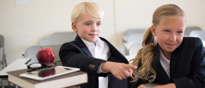 子どもがパソコンを楽しんでいるイメージ