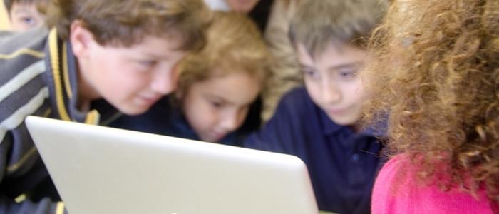 楽しそうにパソコンをする子どもたちのイメージ