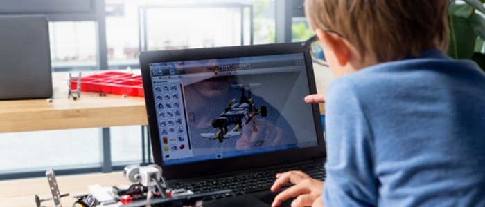 ロボットとパソコンのイメージ