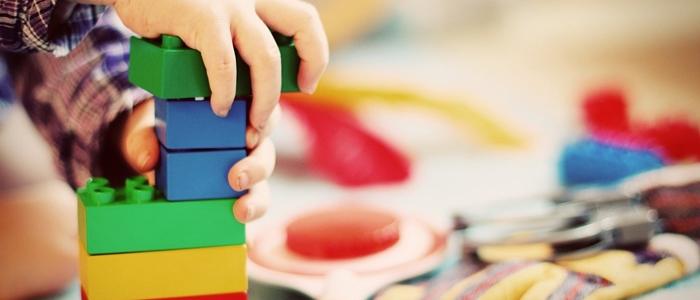 子供がカラフルなおもちゃで遊ぶイメージ