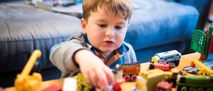 子供がたくさんのおもちゃで遊んでいるイメージ
