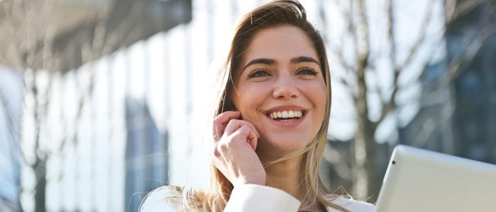 タブレットを手に持つ女性のイメージ