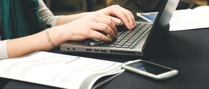 テキストとパソコンのイメージ
