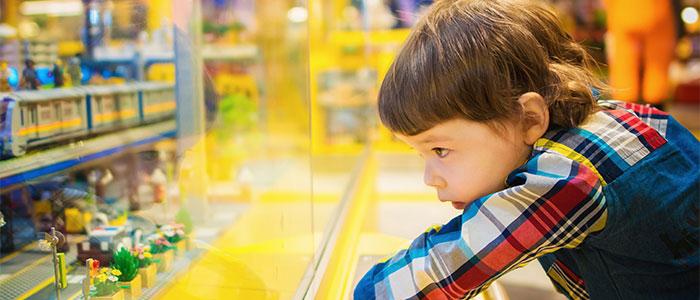 興味を示す子供のイメージ