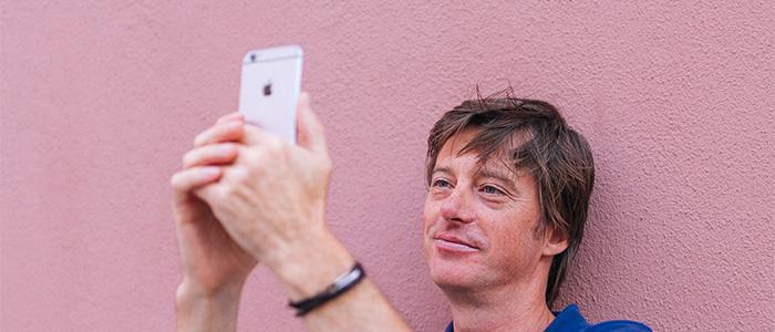 顔診断 - 年齢・感情分析カメラアプリを使ってるイメージ
