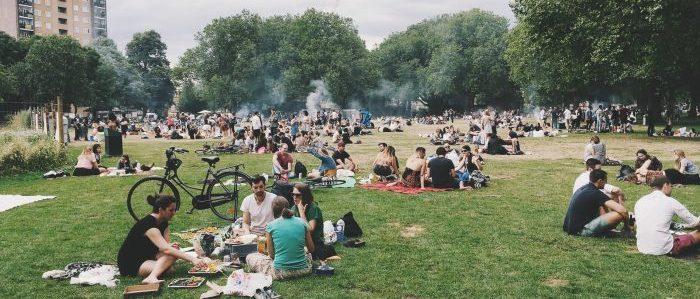 公園で人を見つけるイメージ