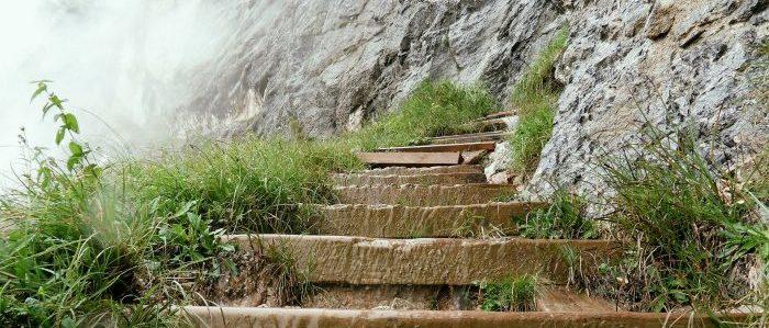 険しい階段を上るイメージ