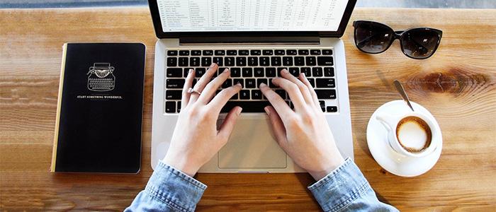 webスクレイピングする人のイメージ