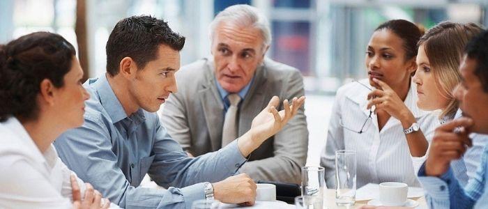 企業で話し合うイメージ