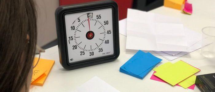 時計を使っているイメージ