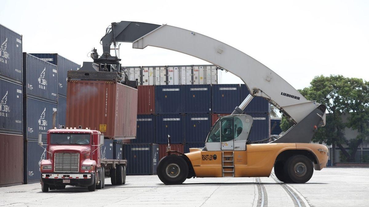 物流・倉庫業務で利用されるAGV(無人搬送車)の問題とDXの関係とは